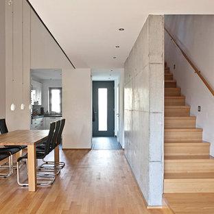 Helles Wohnzimmer mit Essbereich, Luftraum und Treppe