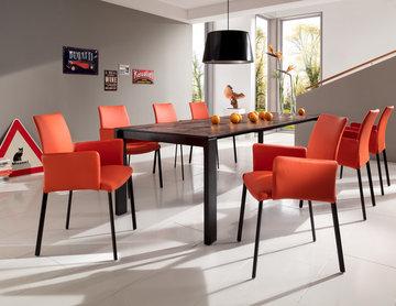 Hochwertige Esstisch-Gruppe mit Keramiktisch und knalligen Sesseln
