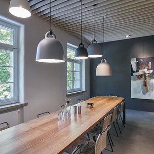 Großes Modernes Esszimmer ohne Kamin mit grauer Wandfarbe, Betonboden und grauem Boden in Stuttgart
