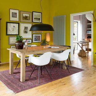 Offenes, Mittelgroßes Stilmix Esszimmer mit gelber Wandfarbe und hellem Holzboden in Berlin