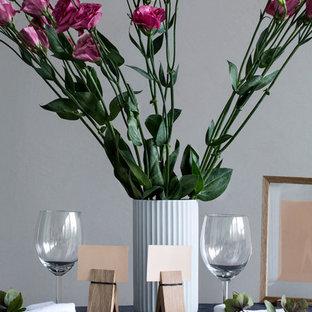 Ispirazione per una grande sala da pranzo minimal chiusa con pareti grigie, pavimento in gres porcellanato, camino classico, cornice del camino in metallo e pavimento verde