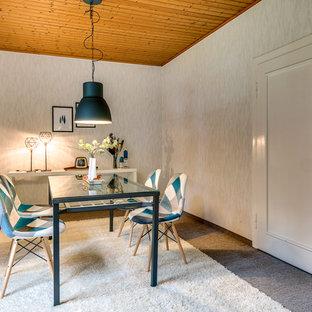Geschlossenes, Mittelgroßes Modernes Esszimmer ohne Kamin mit weißer Wandfarbe, Teppichboden und grauem Boden in Bremen