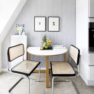 Offenes, Kleines Modernes Esszimmer mit grauer Wandfarbe und beigem Boden in Hamburg