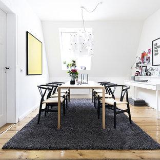 Geschlossenes, Mittelgroßes Nordisches Esszimmer Mit Weißer Wandfarbe,  Hellem Holzboden Und Beigem Boden In Hamburg