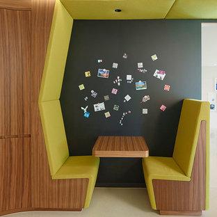 Ejemplo de comedor actual, pequeño, abierto, con paredes negras y suelo beige