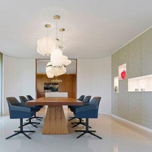Immagine di una sala da pranzo aperta verso il soggiorno minimal di medie dimensioni con pareti bianche, pavimento in terracotta e pavimento beige