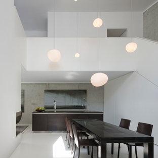 Foto di una grande sala da pranzo aperta verso il soggiorno design con pareti bianche e pavimento in vinile