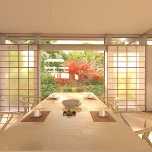 Idee per una grande sala da pranzo aperta verso il soggiorno etnica con pareti bianche, pavimento in legno verniciato e pavimento marrone