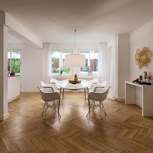 Offenes, Großes Modernes Esszimmer ohne Kamin mit weißer Wandfarbe, braunem Holzboden und braunem Boden in München