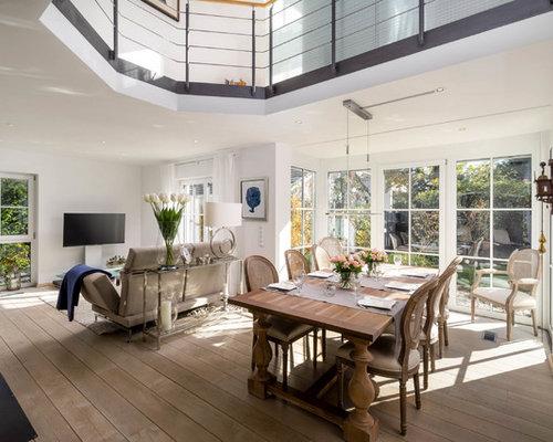 Großes, Repräsentatives Mediterranes Wohnzimmer Im Loft Style Mit Weißer  Wandfarbe, Hellem Holzboden,