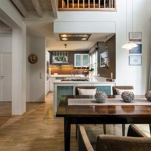 Offenes, Mittelgroßes Modernes Esszimmer ohne Kamin mit weißer Wandfarbe, braunem Holzboden und braunem Boden in München
