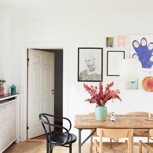 Skandinavisches Esszimmer mit weißer Wandfarbe und hellem Holzboden in Berlin
