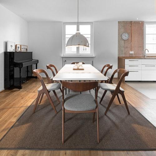Offenes, Mittelgroßes Industrial Esszimmer Ohne Kamin Mit Weißer Wandfarbe,  Braunem Holzboden Und Braunem Boden