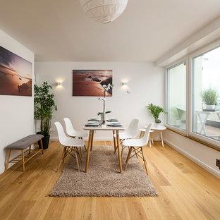 Offenes, Mittelgroßes Nordisches Esszimmer ohne Kamin mit weißer Wandfarbe, braunem Holzboden und braunem Boden in München