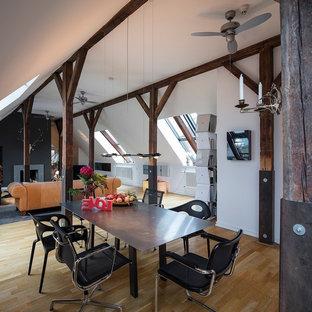 Diseño de comedor rural, grande, abierto, con paredes blancas, suelo de madera en tonos medios, chimenea tradicional, marco de chimenea de hormigón y suelo marrón