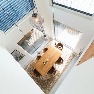 Неиссякаемый источник вдохновения для домашнего уюта: огромная гостиная-столовая в стиле модернизм с белыми стенами, полом из керамической плитки, белым полом, потолком с обоями и обоями на стенах