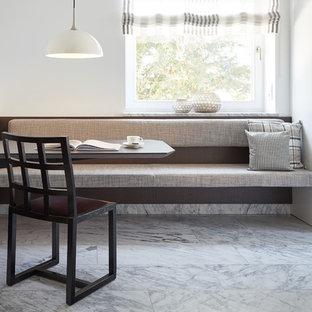 Imagen de comedor de cocina actual, pequeño, sin chimenea, con paredes blancas, suelo de mármol y suelo blanco
