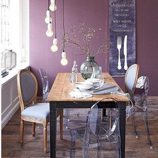 Idée de décoration pour une salle à manger bohème de taille moyenne avec un mur violet et un sol en bois foncé.