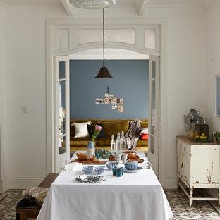 Exemple d'une salle à manger romantique avec un mur bleu et un sol en carrelage de porcelaine.