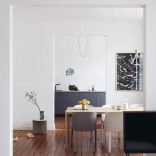 Offenes, Mittelgroßes Skandinavisches Esszimmer ohne Kamin mit weißer Wandfarbe, braunem Holzboden und braunem Boden in Köln