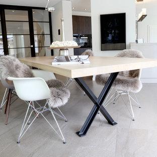 Foto de comedor actual, grande, abierto, con suelo gris, paredes blancas, suelo de mármol, estufa de leña y marco de chimenea de hormigón