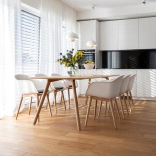 Mittelgroße Moderne Wohnküche mit weißer Wandfarbe, braunem Holzboden und beigem Boden in Köln