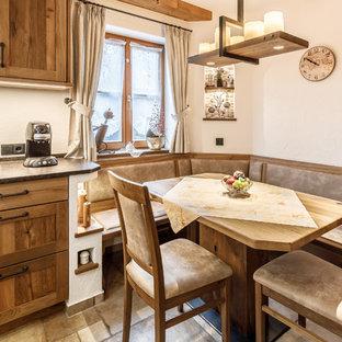 Kleine Landhaus Wohnküche ohne Kamin mit weißer Wandfarbe und beigem Boden in München