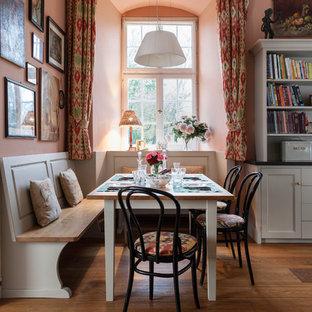 Idee per una grande sala da pranzo aperta verso il soggiorno country con pareti rosa e pavimento in legno massello medio