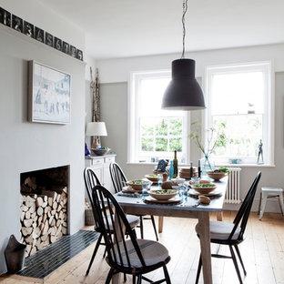 Geschlossenes, Mittelgroßes Landhaus Esszimmer Ohne Kamin Mit Grauer  Wandfarbe, Braunem Holzboden Und Braunem Boden