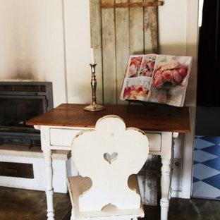 Esempio di una sala da pranzo shabby-chic style chiusa e di medie dimensioni con pareti bianche, parquet chiaro, stufa a legna, cornice del camino in intonaco e pavimento marrone