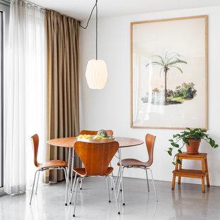 Retro Esszimmer mit weißer Wandfarbe, Betonboden und grauem Boden in Hamburg