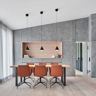 Moderne Wohnküche ohne Kamin mit grauer Wandfarbe, hellem Holzboden und beigem Boden in Köln