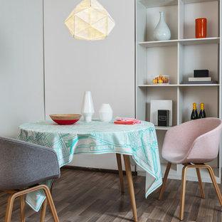 Imagen de comedor nórdico, pequeño, con paredes blancas y suelo de madera oscura