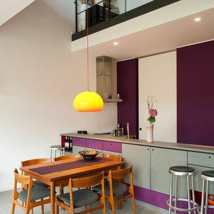 ベルリンの中サイズのコンテンポラリースタイルのおしゃれなLDK (紫の壁、コンクリートの床) の写真