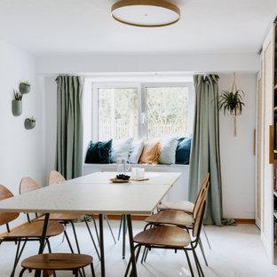Geschlossenes, Mittelgroßes Modernes Esszimmer mit weißer Wandfarbe, Teppichboden und beigem Boden in München
