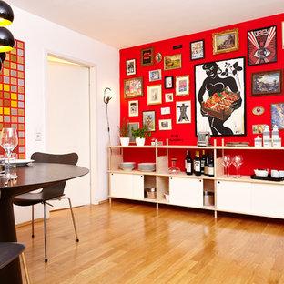 Idee per una sala da pranzo aperta verso la cucina design di medie dimensioni con pareti rosse e pavimento in legno massello medio