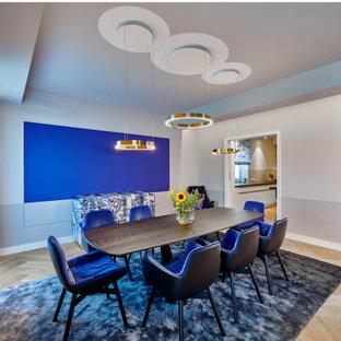 Großes Modernes Esszimmer mit grauer Wandfarbe und beigem Boden in Sonstige