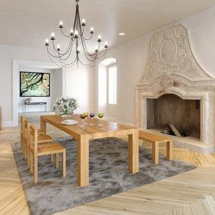 Offenes, Großes Klassisches Esszimmer mit weißer Wandfarbe, hellem Holzboden, Kamin, Kaminsims aus Stein und beigem Boden in Dresden