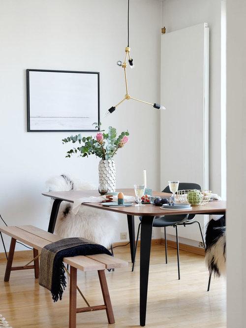 Geschlossenes, Mittelgroßes Mid Century Esszimmer Ohne Kamin Mit Weißer  Wandfarbe, Hellem Holzboden Und