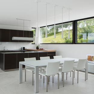 Große Moderne Wohnküche ohne Kamin mit weißer Wandfarbe, grauem Boden und Porzellan-Bodenfliesen in Stuttgart