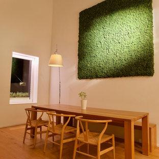 Foto di una grande sala da pranzo aperta verso il soggiorno moderna con pareti bianche, parquet chiaro, nessun camino e pavimento giallo