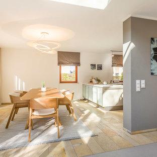 Mittelgroße Moderne Wohnküche ohne Kamin mit weißer Wandfarbe und beigem Boden in Sonstige