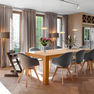 Offenes, Großes Modernes Esszimmer ohne Kamin mit braunem Holzboden, beigem Boden und weißer Wandfarbe in Stuttgart
