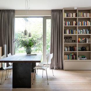 Offenes Modernes Esszimmer mit beiger Wandfarbe, hellem Holzboden und beigem Boden in Hamburg
