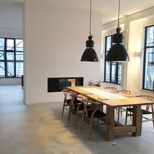 Inspiration för stora moderna matplatser med öppen planlösning, med vita väggar, en bred öppen spis och betonggolv