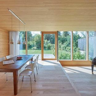 Modernes Esszimmer mit beiger Wandfarbe, hellem Holzboden und beigem Boden in München