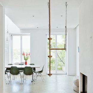 Diseño de comedor retro, de tamaño medio, con paredes blancas y suelo de cemento