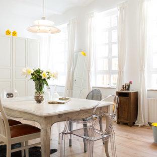 Aménagement d'une salle à manger romantique de taille moyenne avec un mur blanc et un sol en bois clair.
