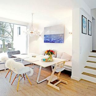 Modernes Esszimmer ohne Kamin mit weißer Wandfarbe, braunem Holzboden und braunem Boden in München