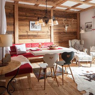 Ejemplo de comedor rural, de tamaño medio, con paredes marrones y suelo de madera en tonos medios